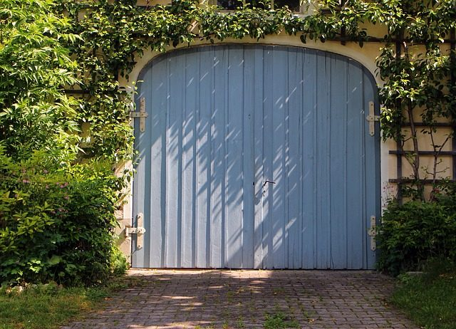 garažna vrata siva