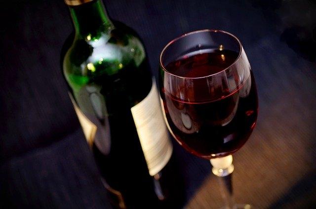 čili vino kozarec