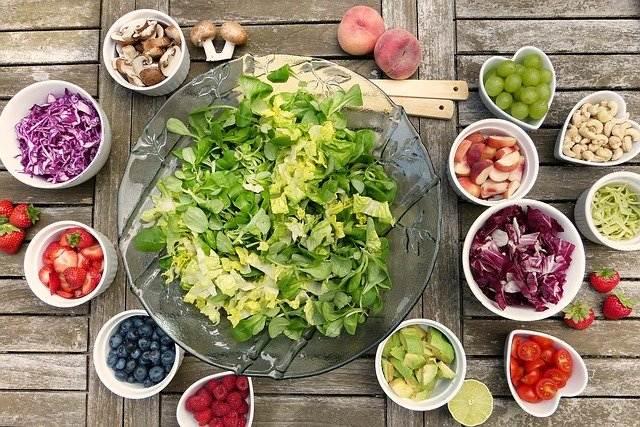 prehranska strokovnjakinja svetovanje zdrav način življenja solata