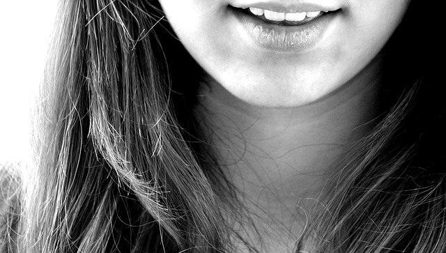 afte v ustih nasmeh